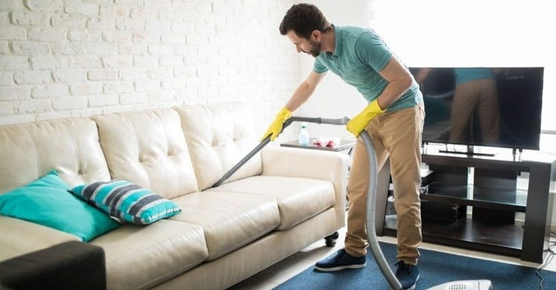 تمیز کردن هفتگی مبل با جاروبرقی در دراز مدت بسیار اهمیت دارد.